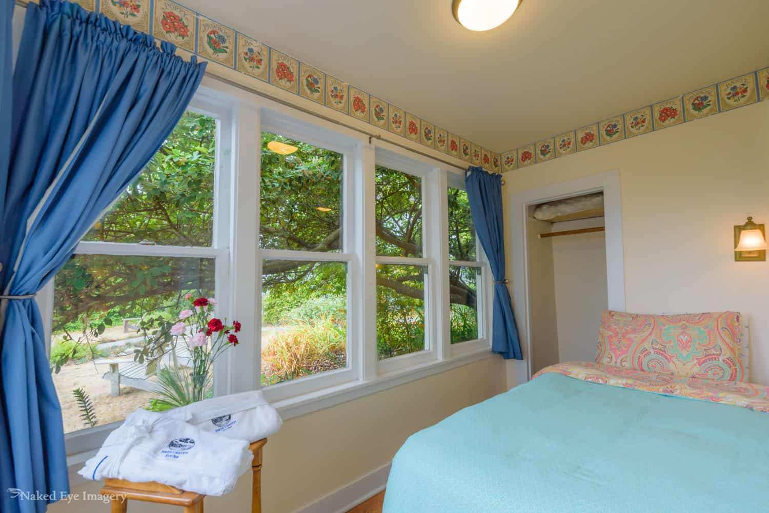 Country Suite - Bedroom with garden view