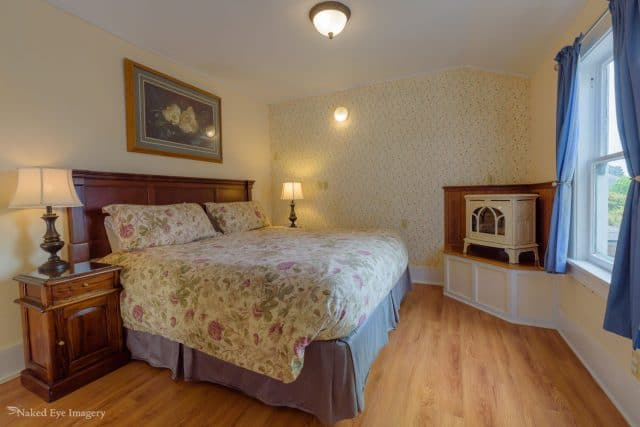 Country Suite - Bed with a wood burning stove